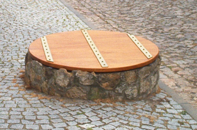 <p> </p><p> </p><p>Brunnendeckel</p>